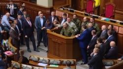 Правоохоронців завели до Ради, щоб озвучити версію інциденту з Парасюком в АТО (відео)