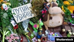Киев, 21 июля 2014 года. Цветы и детские игрушки у посольства Нидерландов в Украине в память погибших людей, которые летели в «Боинге» рейса MH17. Самолет был сбит российской установкой «Бук», погибли 298 человека, в том числе 80 детей