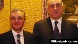 Azərbaycan və Ermənistanın xarici işlər nazirləri Elmar Məmmədyarov (sağda) və Zohrab Mnatsakanian