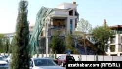 Gurulýan bina, Aşgabat