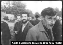 Письменник Віктор Некрасов на мітингу вшанування жертв Бабиного Яру 24 вересня 1966 року. Стоп-кадр із зйомки Едуарда Тімліна. Архів Аміка Діаманта