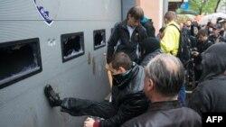 Пророссийские силы штурмуют здание милиции, требуя освобождения своих активистов, задержанных после событий 2 мая. Одесса, 4 мая 2014 года.