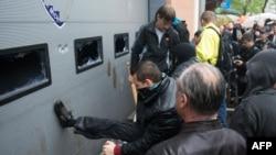 Ուկրաինա - Ռուսամետ ակտիվիստները Օդեսայի ոստիկանության շենքի մոտ, 4-ը մայիսի, 2014թ․