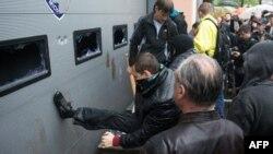Пророссийские активисты штурмуют отделении милиции в Одессе