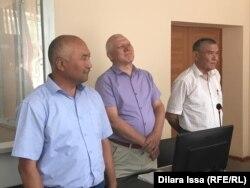 Ерлан Балтабай (слева) и его адвокаты слушают приговор. Шымкент, 17 июля 2019 года.