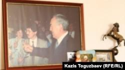 Фото Нурсултана Назарбаева во время встречи по итогам Всенародного референдума 1995 года.