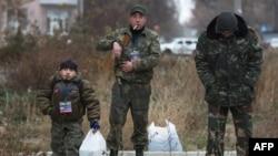 Донецк әуежайы маңында жүрген ресейшіл сепаратистер. (Көрнекі сурет)