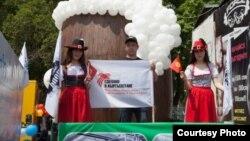 """""""Кыргыздыкын сатып алып, Кыргызстанга инвестиция жаса!"""" деген ураан алдындагы эмгек парады. 1-май, 2016-жыл"""