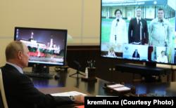 Владимир Путин дистанционно принимает новую инфекционную больницу в Пскове