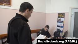 Журналіст програми розслідувань «Схеми» Олександр Чорновалов пише заяву в поліцію