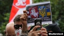 Під час акції солідарності з білоруським народом біля посольства Білорусі в Україні. Київ, 13 серпня 2020 року