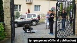 За попередньою інформацією поліції, на подвір'я будинку Андрія Крисоватого кинули пакет із вибуховим предметом