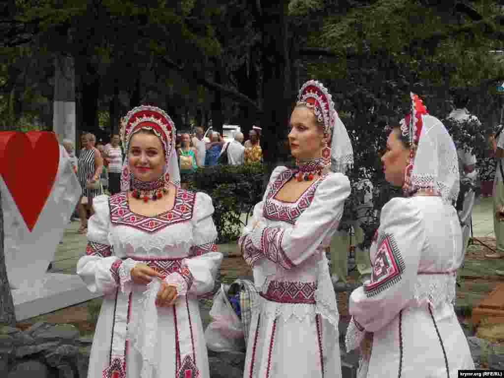 На празднике ялтинской улицы выступил ансамбль «Воронежские девчата»