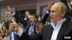 На шляху до Якутська президент Росії Володимир Путін зупинився в Челябінську, де відбувався чемпіонат світу з його улюбленого виду спорту – дзюдо, 31 серпня 2014 року