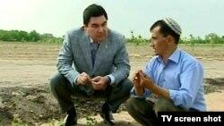 Prezident Gurbanguly Berdimuhamedow daýhanyň halyny soraýar. 2010-njy ýyl.