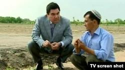 Türkmenistanyň prezidenti Gurbanguly Berdimuhamedow kärendeçi daýhan bilen pikir alyşýar.