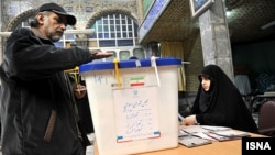 Мужчина голосует на первом туре парламентских выборов. Тегеран, 2 марта 2012 года.