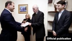Мэр Еревана Тарон Маргарян вручил ключи от новых квартир Артавазду Пелешяну и Нареку Ахназаряну, Ереван, 23 марта 2016 г.