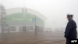 К открытию саммита в горном отеле Windsor, где он проводится, подали густой туман