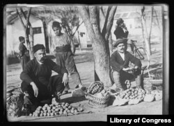 20. ხილ-ბოსტნეულის ვაჭრები მყიდველებს ელოდებიან ჩრდილოეთ საბერძნეთის ქალაქ კავალაში 1919 წლის ნოემბერში. ბალკანეთის უმეტეს ნაწილში სურსათის ისეთი სიმწირე იყო, კარტოფილი და სხვა ბოსტნეული არა კალათებით, არამედ ცალობით იყიდებოდა.