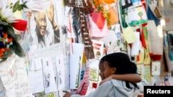 Дар каноре бемористоне, ки Мандела табобат меёбад