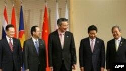 در حاشيه اين نشست، ون جيابائو، نخست وزير چين، ياسو فوکودا، نخست وزير ژاپن و رو مو هيون، رييس جمهوری کره جنوبی روز سه شنبه با يکديگر ديدار کردند.