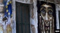 Граффити на стене дома с изображением флага ЕС и портрета человека в отчаянии. Афины, 30 июня 2015 года.