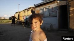 Ребенок трудовых мигрантов из Центральной Азии в поселке на окраине Москвы.