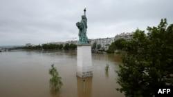 Parisdə Azadlıq heykəli