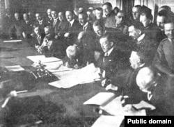 Stephan Burián von Rajecz semnează tratatul de pace