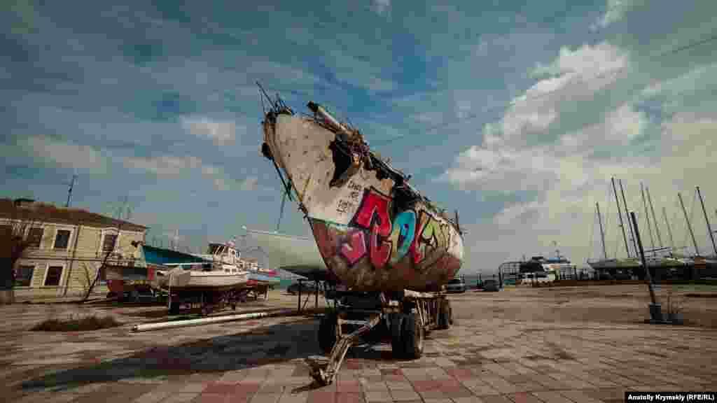 Над этой яхтой, судя по всему, изрядно «поработали» морские волны, время и мастера граффити