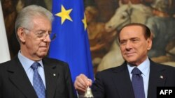 Сильвио Берлускони (справа) и новый премьер-министр Италии Марио Монти