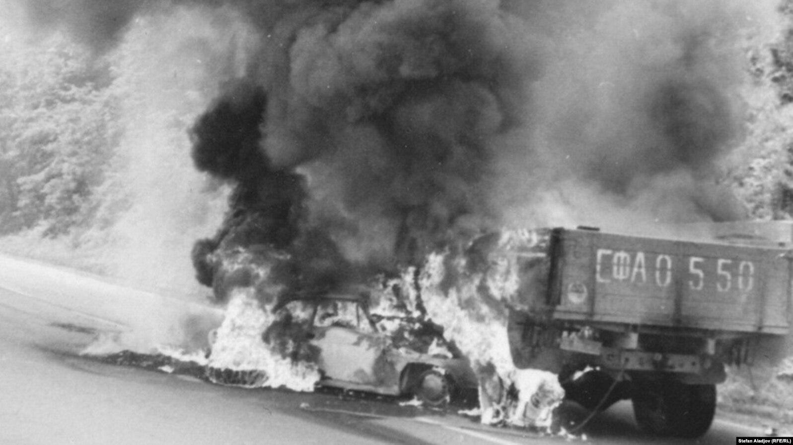 Автомобилът, в който изгарят Гунди и Котков.