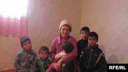 Женщина с детьми. Иллюстративное фото.