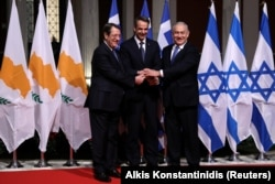 Президент Кіпру Нікос Анастасіадес (л), прем'єр-міністр Греції Киріакос Міцотакіс та прем'єр-міністр Ізраїлю Бен'ямін Нетаньягу під час церемонії підписання угоди в Афінах, 2 січня 2020 року