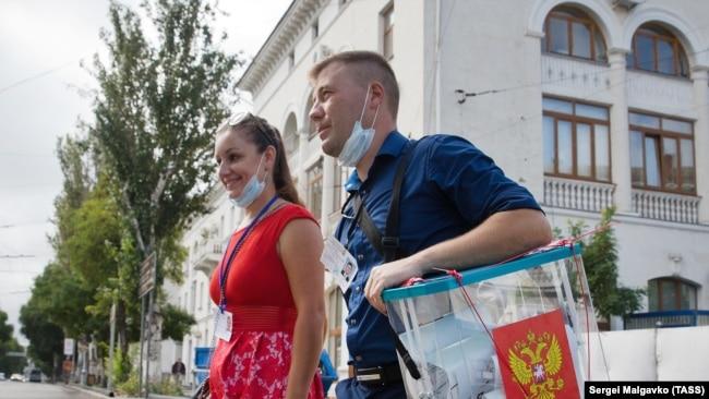 «Международные» наблюдатели и билборд Аксенова: как прошел третий день голосования на выборах в Крыму и Севастополе (фотогалерея)