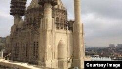 Tikintisi davam edən dörd minarəli məscid