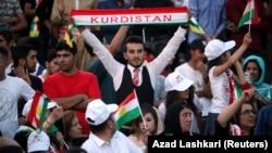 Ирактың Күрдістан автономиялық аймағы тұрғындары тәуелсіздік туралы референдум өткізуге қолдау білдіріп тұр. Эрбиль, 16 қыркүйек 2017 жыл.