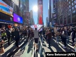شادی مردم در ایالت نیویارک پس از اعلام پیروزی جوبایدن در انتخابات ریاست جمهوری امریکا