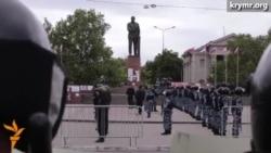 Російський ОМОН проводить навчання в центрі Сімферополя напередодні 18 травня