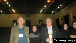 فیلیپ میکلین (چپ) استاد دانشگاه میشگان غربی همراه با دانشجویان دانشگاه ارومیه