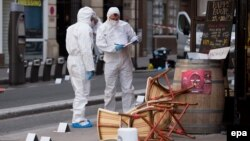 اعضای پلیس جنایی فرانسه در محل یکی از تیراندازیهای حملات پاریس