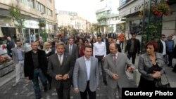 Градоначалниците на Скопје и на општина Центар, Коце Трајановски и Владимир Тодоровиќ, како и премиерот Никола Груевски присуствуваа на свеченото пуштање во употреба на шеталиштето Сквер Јадран во центарот на Скопје.