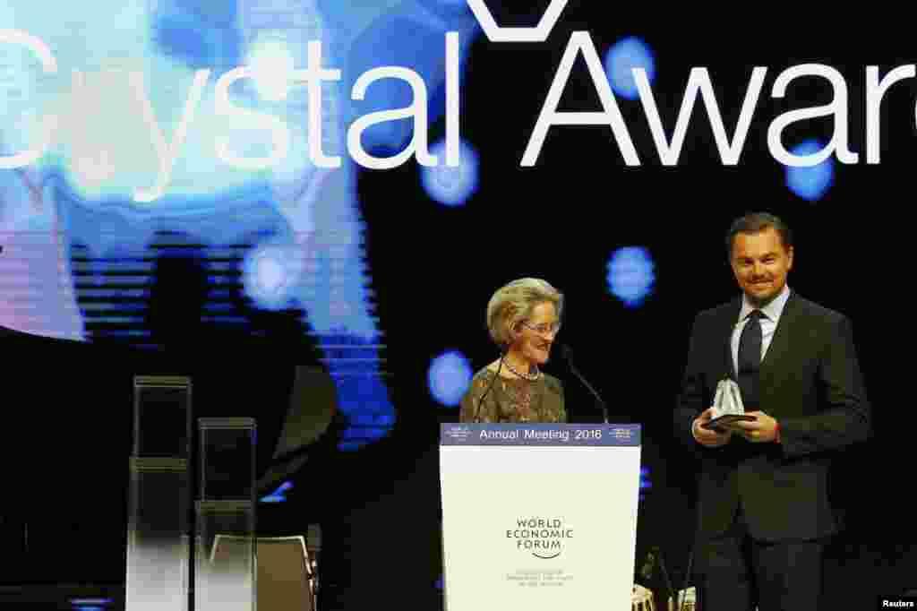 Голливудский актер Леонардо Ди Каприо получил 19 января в Давосе премию Crystal Award за усилия по борьбе с изменением климата.