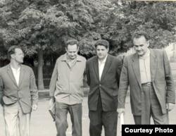Алесь Адамовіч, Іван Мележ, Іван Навуменка і Янка Брыль. Канец 1960-х гг. (з архіву сям'і І. Мележа)