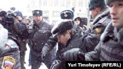 """Пресечение полицией акции """"Не допустим самозванцев в парламент!"""" в Госдумы"""