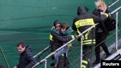 Рятувальники евакуюють людей із пошкодженого пожежжею порому, 29 грудня 2014 року