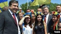 Тодішній голова Одеської ОДА Міхеїл Саакашвілі (ліворуч) і президент України Петро Порошенко. Київ, 2015 рік