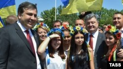 Президент України Петро Порошенко (праворуч) та тодішній голова Одеської ОДА Міхеїл Саакашвілі (ліворуч). Одеса, липень 2015 року