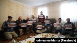 """""""Musulmanlar terrorcı degil"""": Qırımda mahküm etilgen qırımtatarlarğa qoltutuv fleşmobnı ötkereler (süret toplamı)"""